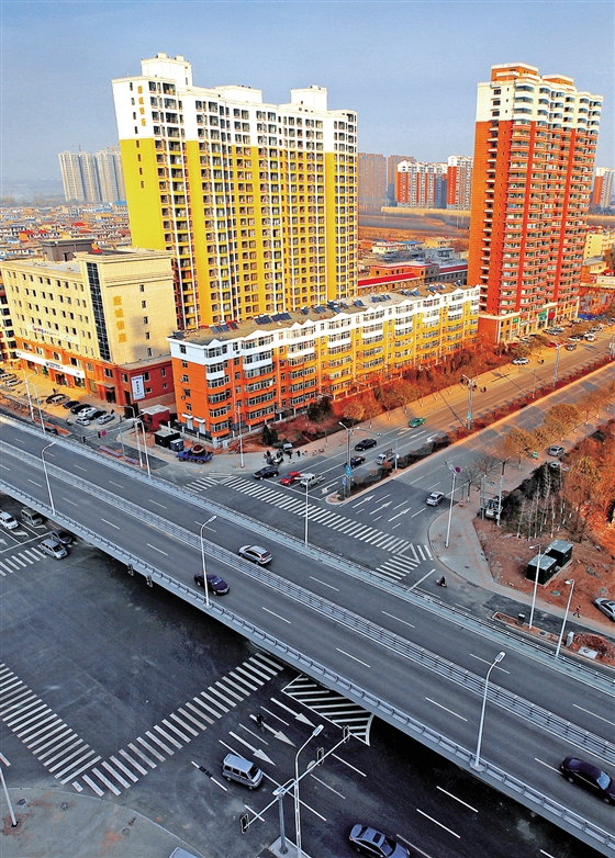 像一条漂亮的丝带贯通晋中市城区南北,像一道美丽的风景装饰着每一位市民的梦想。经过快速化改造后的锦纶路,不仅打通了城市交通的肠梗阻,开启了城市主动脉立体化格局,而且为提升城市治理能力创造了基础条件。 锦纶路,位于我市市城区东部,因山西锦纶厂曾在此路中段而得名。现分为北、中、南三段,全长约5.