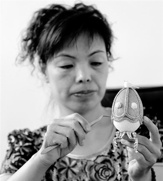 6月2日,太谷县民间艺人符润娥正在于园蛋雕工作室为天津客户创作晋剧脸谱《山西蛋壳十二生肖》。 今年47岁的符润娥以前没有参加过任何艺术培训,2006年一次偶然的机会,她喜欢上了蛋雕艺术,凭着锲而不舍的精神,她以鹌鹑蛋、鸡蛋、鸭蛋、鸵鸟蛋为创作原料,在毫米厚度的蛋壳上,雕刻出惟妙惟肖的《红楼梦人物群》、《五娃闹福》、《八仙过海》、《古代四大美女图》以及《山西晋剧十二生肖》等一大批蛋雕精品。其中,一颗题为《五娃闹福》的鸵鸟蛋浮雕作品卖出了4800元的好价钱。 几年来,她痴迷于蛋雕艺术,行走在超薄易碎的蛋壳之上