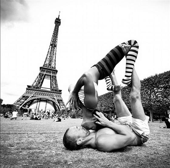 lafond在法国巴黎埃菲尔铁塔前表演高难度瑜伽动作