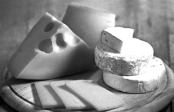 据外媒6月16日报道,近日,法国电视二台播放了一则纪录片披露,法国食品业用于制作即食薄饼及汉堡包的人造奶酪中,其实并没有牛奶成份,这令当地社会为之震惊,要求改革食物标签法例,让消费者知道产品中含有假奶酪。 报道称,人造奶酪由于制作成本远低于真正奶酪,处理及储存方式也较容易,所以不少食品商均乐意采用。它们大多在法国、英国及土耳其制造,主要成份有植物油、盐、乳酸及山梨酸钾等,法国也有大型生产商为人造奶酪混入一半水牛奶酪,增加其口感和味道。 据悉,法国电视二台的记者潜入食品工厂,暗中记录生产情况,并收集千层面
